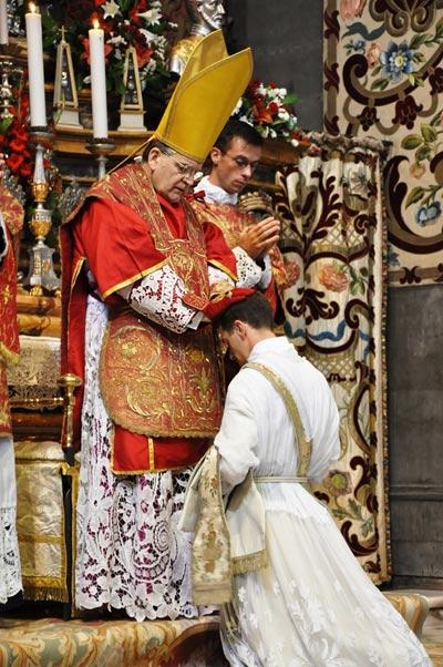 Kolika je potreba kardinala Burka za mladim i muževnim svećenicima? Zašto je Burke ženomrzac?