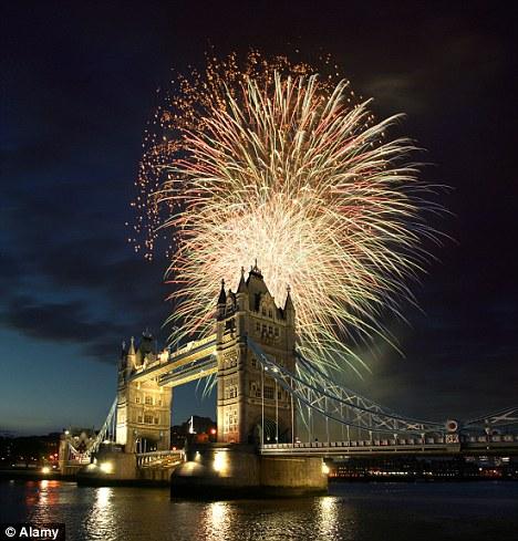 Londonski Tower bridge za vrijeme vatrometa u čast smaknuća Guya Fawkesa. Kako je moguće da se takvo što slavi još uvijek?