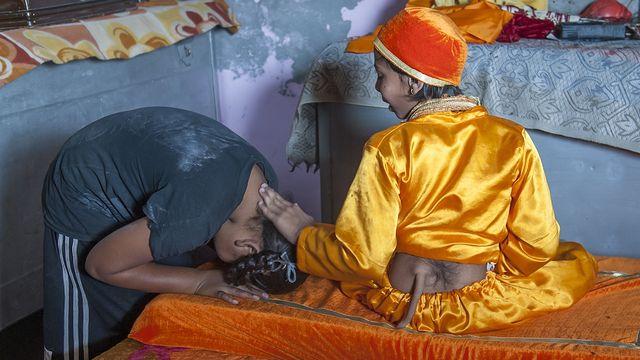 Ljudi ga posjećuju kako bi dobili blagoslov. Donose mu darove i novac kako bi mu iskazali svoju zahvalnost i poštovanje.