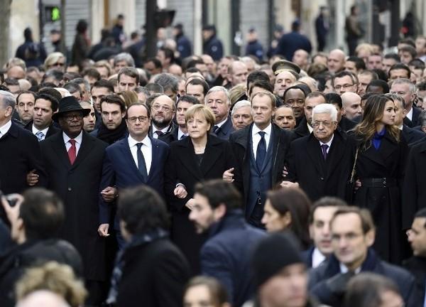 """Političari u svom vlastitom mimohodu pod nazivom """"Ja sam Charlie"""" trenutak prije stvaranja nove vrste globalne policijske države, na koju smo pristali uz pomoć širenja straha."""