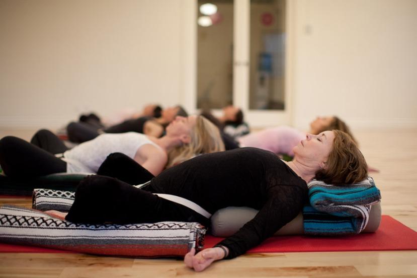 Ova vrste joge se razlikuje od drugih zbog naglaska na dugom ležanju u jednom položaju u cilju da dođemo do što dublje opuštenosti.
