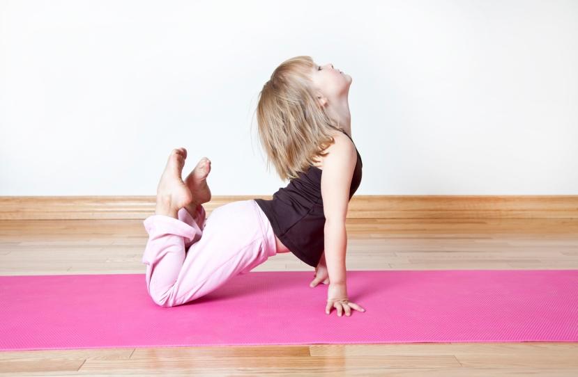Kako biste vježbali tradicionalnu jogu nije vam potrebno ništa, pa čak ni prostirka. A vježbati može i vaše najmlađe dijete.