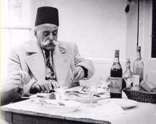 G. I. Gufdjieff snimljen nekoliko godina pred smrt, negdje u Francuskoj za vrijeme kasnog ladanjskog ručka. U to vrijeme, Osupensky je već vodio svoju Londonsku školu zasnovanu na Gurdjieffovim učenjima.