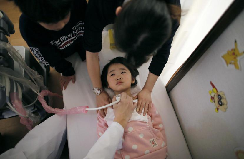 Malena djevojčica na pregledu štitnjače. Zbog čega Japanska djeca sve više obolijevaju od raka štitnjače i leukemije?