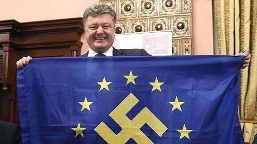 Nasmijani ultra desničarski predsjednik Ukrajine Poroshenko s malo dorađenom zastavom Europe. Što li je njemu smiješno dok se fotografira s nacističkim obilježjima?
