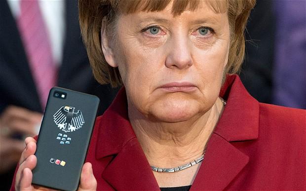 Kancelarka Merkel pokazuje svoj zaštićeni službeni mobitel kojeg su mjesecima prisluškivale Američke tajne službe.