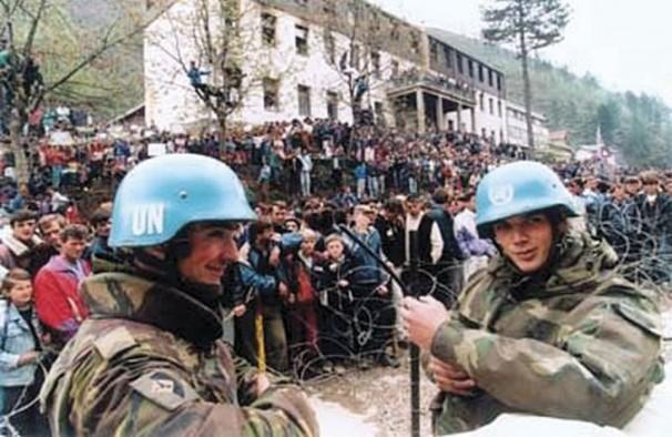 Nasmijani pripadnici UN snaga promatraju priopremu masakra u Srebrenici. Iza njih su dječaci, tinejdžeri i muškarci koji su nepunih nekoliko sati nakon ove snimke ubijeni na najgore moguće načine od strane Mladićevih snaga.