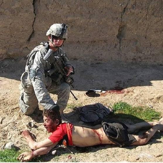 Američki vojnik snimljen nakon egzekucije nenaoružanog arapskog tinejdžera. Mogu li se ovakve stvari tolerirati iako je vojnik pripadnik zemlje koja tvrdi kako je demokratska i slobodarska?