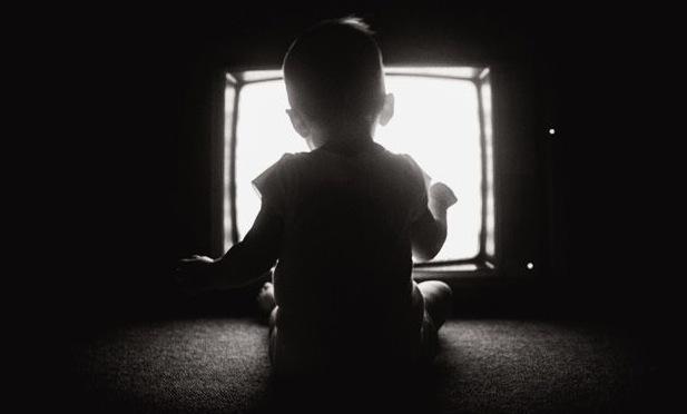 dijete gleda tv