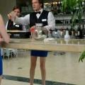 Auuu, što ima dobre noge ovaj konobar.