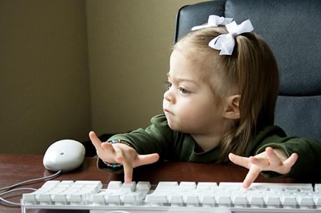 Jesmo li svjesni što se događa u dječjem mozgu ako ono ne uči pisati rukom već samo tipkati?