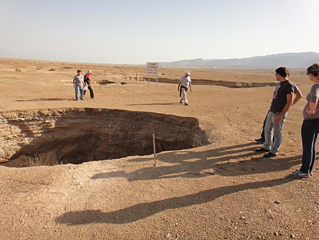 Novonastala vrtača na sjevernom dijelu Mrtvog mora, ova rupetina se otvorila u manje od deset sekundi pred očima turista.