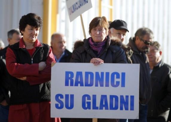 Mirni prosvjed radnika Dalmacija vina koji preko pola godine nisu dobili plaću za svoj pošteni rad.