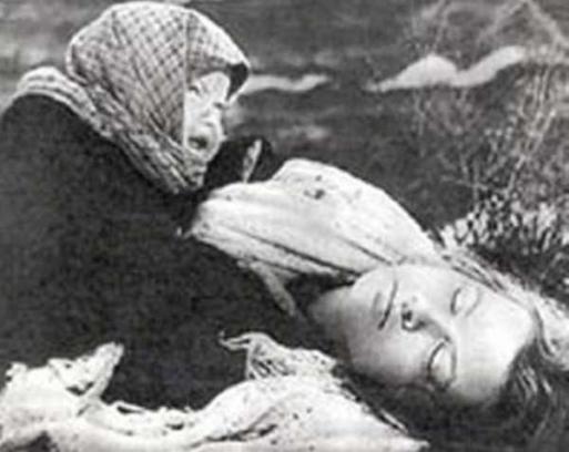 Nepoznata djevojčica plače nad mrtvom majkom, jednom od prvih žrtava opsade Lenjingarda.