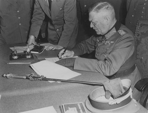 General keitel pri potpisivanju bezuslvone predaje nacističke Njemačke tijekom 07.05.1945.