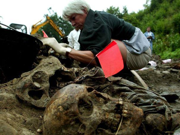 Forenzički radovi na jednoj od masovnih grobnica u okolici Srebrenice.