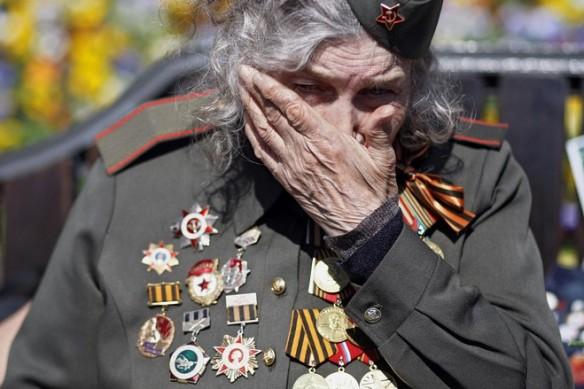 Jedna od učesnica Drugog svjetskog rata plače tijekom parade pobjede u Moskvi.