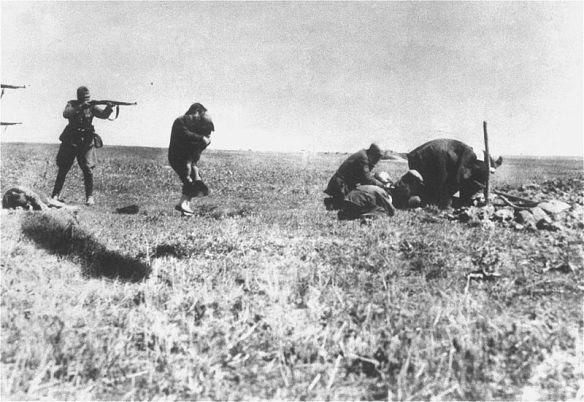 Nacistički vojnici ubijaju Židove u Ivanhorodu, na slivi vidite majku koja svojim tijelom pokušava zaštititi dijete od metaka.