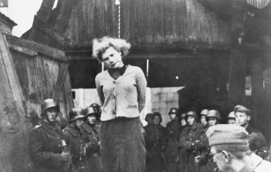 JAvno vješanje sedamnaestogodišnje Marije Bruskine u MInsku 29.10.1941. koju je SS smaknuo zbog sumnje za surdnju s partizanima. Istog dana smaknuta su još tri maloljetnika koji su bili pripadnici partizanskih bataljuna.