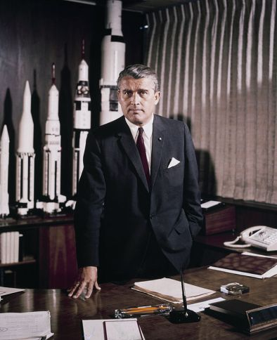 Wernher Magnus Maximilian Freiherr von Braun nacistički ubojica desetaka tisuća britanaca, fotografiran kao bogati naturalizirani amerikanac odgovoran za stvaranje američkog svemirskog programa.