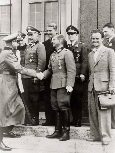 Wernher von Braun u kompleksu Peenemunde u trnutku čestitk ez auspješnio lansiranje V2 rakete.