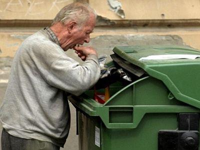 Hrvatska crna stvarnost, sve je više ljudi koji prebiru po kontejnerima kako bi se prehranili.