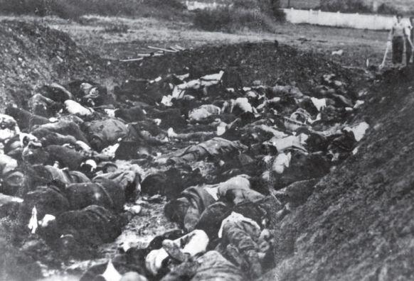 Masakr u Kragujevcu je jedan od najgorih prikaza nacističke brutalnosti, među 5000 nevinih ljudi se nalaze i đaci razreda petog razreda koji su starije osobe pokušale sakriti svojim tijelima. Svi preživjeli su naknadno dokrajčeni metkom u glavu.