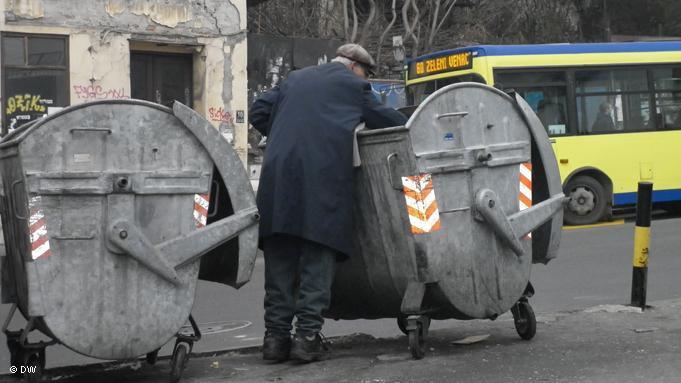 Srpska stvarnost - sve je više ljudi koji prekopavaju kontejnere za smeće kako bi našli nešto za jelo.