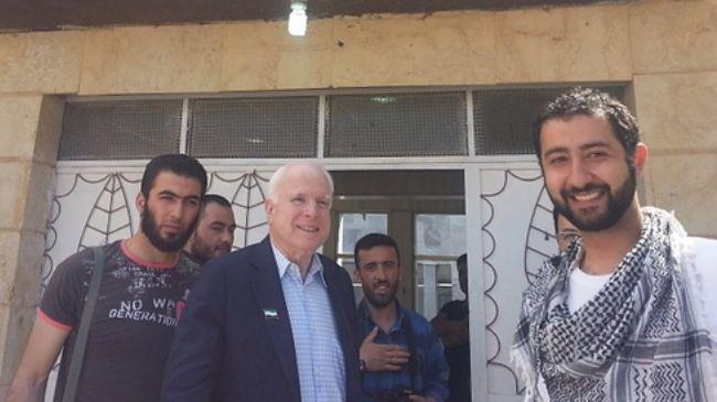 Nasmijani John McCain i vođa elitnih snaga Sirijske oslobodilačke armije Mohammada Noura koji direktno surađuje s ISISom.