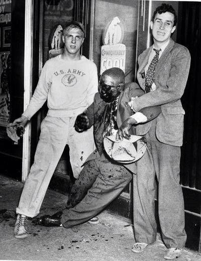 Prikaz koji ledi krv u žilama, na slici vidite mučenog i iskasapljenog afroamerikanca kojeg drže dva mladića bijelca u državi Alabama 1962. Ovakve slike su se mogle vidjeti sve do početka 1970. godine.
