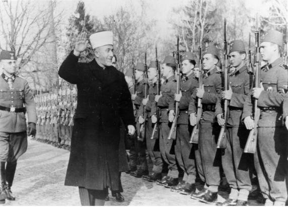 Veliki Jeruzalemski muftija u počasnom mimohodu SS divizije Handžar.
