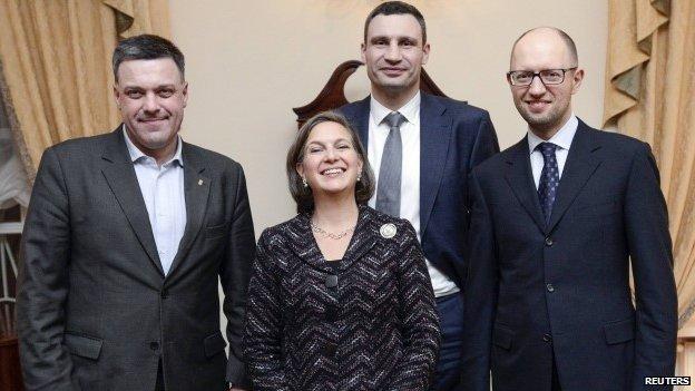 Nuland s Oleh Tyahnybokom (lijevo) i današnjim premijerom Ukrajine (desno), Klitscko je u pozadini.