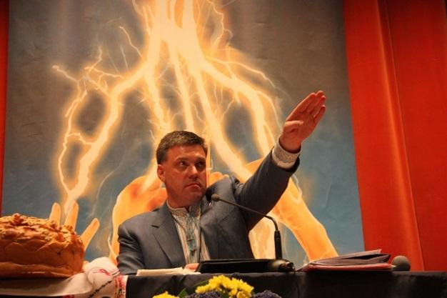 Oleh Tyahnybok pozdravlja svoje pristaše s nacističkim pozdravom.