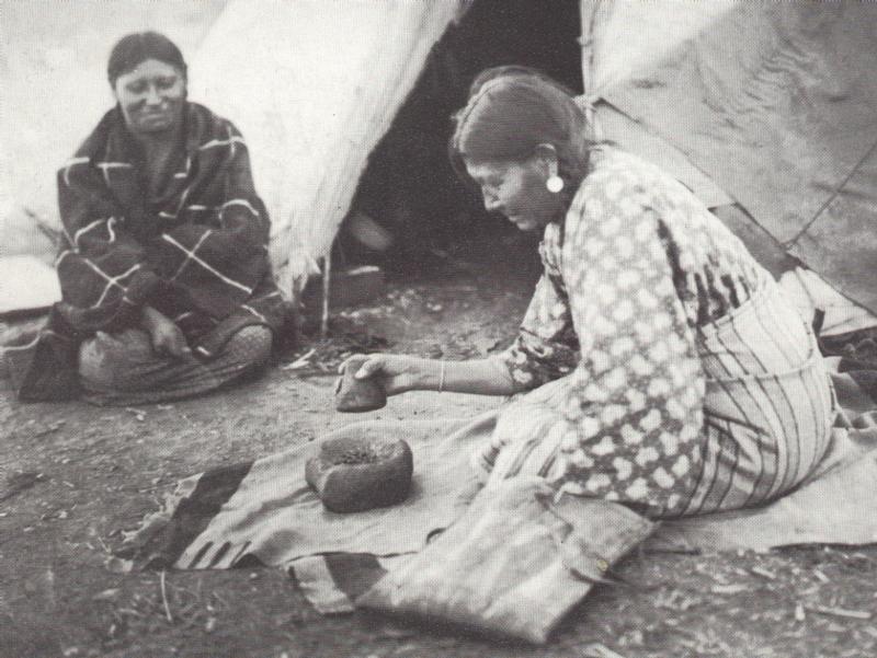 Indijanke u trenutku spravljanja pemmicana, vidimo kako melju meso u mužaru.