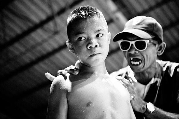 Djete borac u tajlanskom krvavom sportu. Rijetko koje dijete doživi 28 godinu.