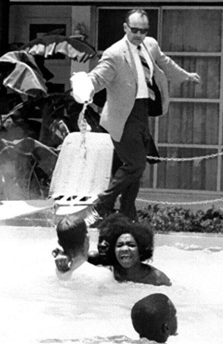 Vlasnik hotela James Brook polijeva kiselinu na kupače u bazenu, jer ne želi trpjeti crnje u svom otmjenom lokalu.