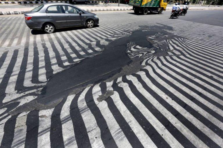 Indija je prošla kroz toplotni udar koji je oborio sve rekorde. Na slici vidite jednu od ulica New Delhija na kojoj se topi asfalt ispod pješačkog prelaza.