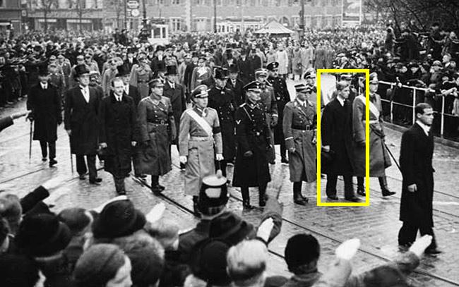 Princ Philip, muž kraljice Elisabethe, na pokopu svoje sestre, okružen nacistima i rođacima u nacističkim odorama.