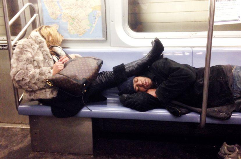Pijana i pospana bogatašica u New Yorškoj podzemnoj željeznici bez imalo pardona naslonila noge na beskučnika.