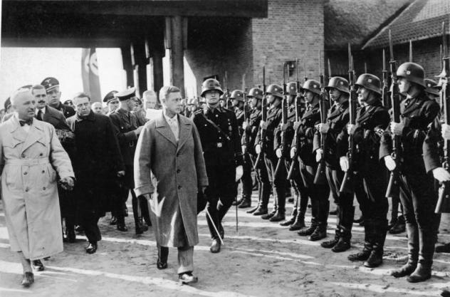 Edward u mimohodu SS trupa koje su se posložile njemu u čast.