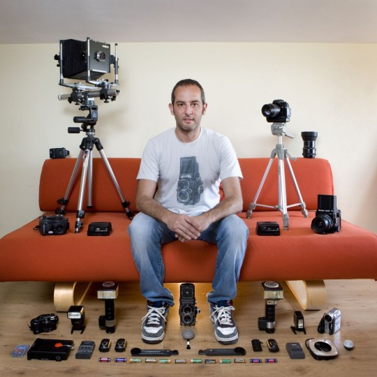 """Poznati fotograf Gabriele Galimberti okružen svojim """"igračkama."""""""