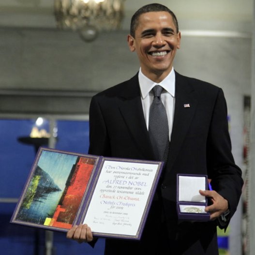 Barak Obama u trenutku primanja Nobelove nagrade za mir.
