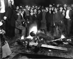 Život jednog afroamerikanca nije vrijedio ništa za vrijeme velike depresije, na slici vidite javno spaljivanje živa čovjeka bez ikakvog uplitanja snaga reda i mira. Zadnji afroamerikanac je spaljen tijekom 60-tih godina XX. vijeka.