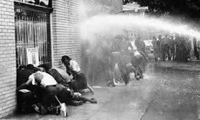 Policajci šmrkovima rastjeruju mirne prosvjednike koji traže jednaka prava za crnce i bijelce.