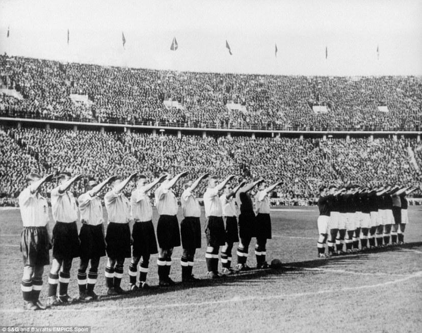 Skladni u nacističkom pozdravu, Englezi u bijelim i Nijemci u tamnim dresovima.