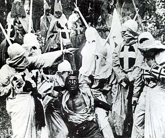 Izbezumljeno lice čovjeka kojeg će linčovati pripadnici Ku Klux Klana.