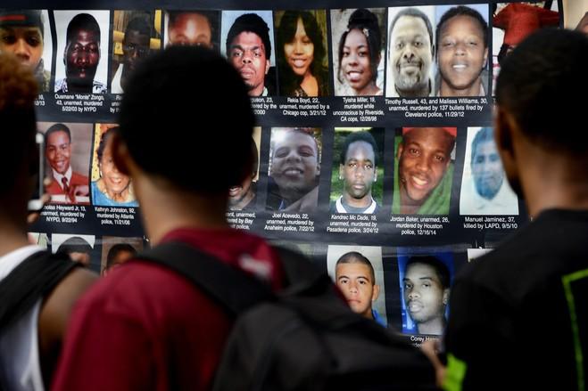 Šetači u Fergunsonu (SAD) pregledavaju listu žrtava policijske brutalnosti.