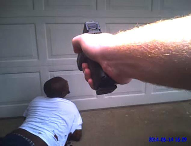 Policijska kamera je snimila užas policijske brutalnosti. Na slici vidite sliku u kojoj policajac iz Dallasa ubija nenaoružanog i neagresivnog mentalno bolesnog čovjeka, čija je jednina greška bila ta što se nije zaustavio na policajčevu naredbu.