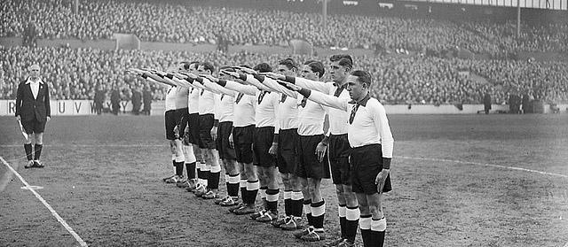 Tim nacističke Njemačke pozdravlja svoje domaćine.