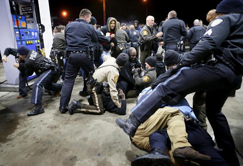 Policija se brutalno obračunava s prosvjednicima koji su tražili pravdu za zločinačko ubojstvo tinejdžera u St. Louisu.